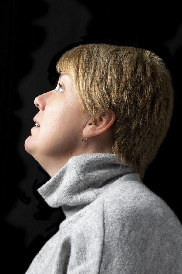 Nathalie, en studio, profil