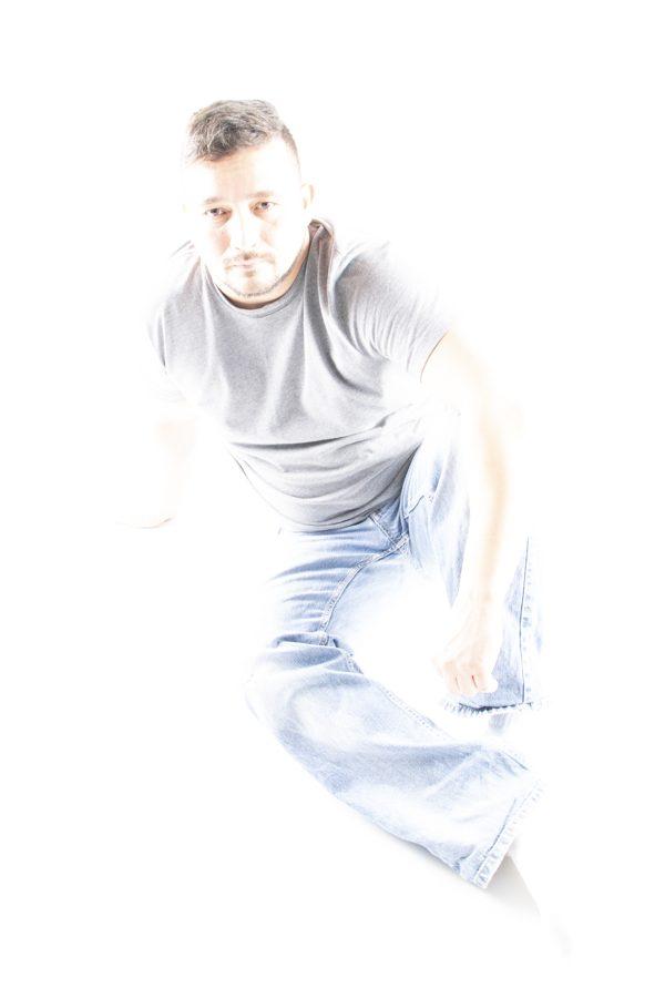 Oscar, en studio, plein pied, lumière éclatée immersive