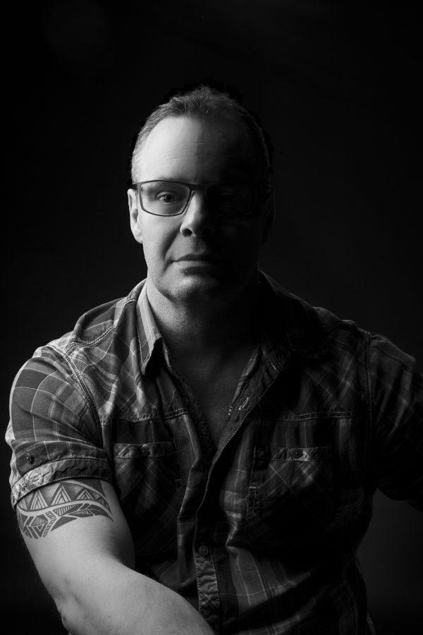 Mike, prise de vue en studio, traitement noir et blanc